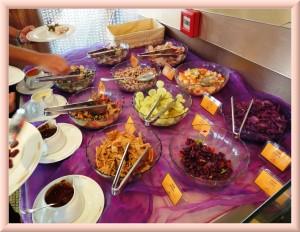 """Основной набор китайских салатов в меню крутящегося ресторана гостиницы """"Династия"""""""